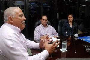 Jaime David gesticula en el Café Deportivo de Listin Diario, observan Héctor J.Cruz, editor deportivo y Milagros Cabral, funcionaria del Ministerio de Deportes.