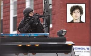 Un agente de la de policía de Boston apunta con su arma durante el registro de un apartamento.   EFE