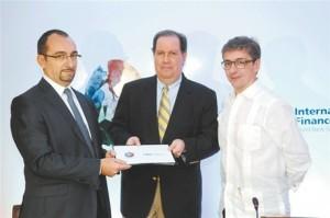 Participantes. Ary Naim, Felipe Vicini y Antonio Gennari, tras la firma del acuerdo interinstitucional entre Pinewood-Indomina Studios y la Corporación Financiera Internacional (IFC, en inglés).