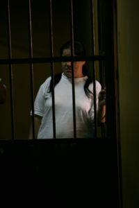 Mujer presa en la cárcel