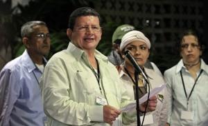 """El guerrillero de las Fuerzas Armadas Revolucionarias de Colombia (FARC) Jorge Torres Victoria (c), alias """"Pablo Catatumbo"""", lee un comunicado hoy, martes 23 de marzo de 2013, en el Palacio de Convenciones de La Habana (Cuba)."""