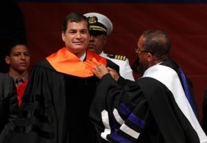 """El presidente de Ecuador fue investido con doctorado """"honoris causa"""""""