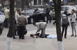 Un agente de la policia rusa examina un cadáver