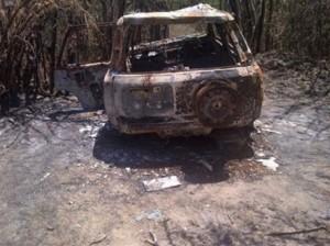 Los cuerpos quemados encontrados en esta yipeta, fueron trasladados al Inacif en Azua para fines de autopsia.