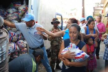 Gobierno distribuye ayudas masivas de alimentos en cuatro comunidades