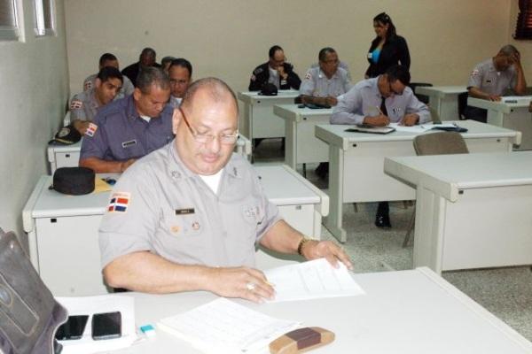 Interior y polic a eval a 2 300 oficiales de la polic a for Ministerio interior y policia