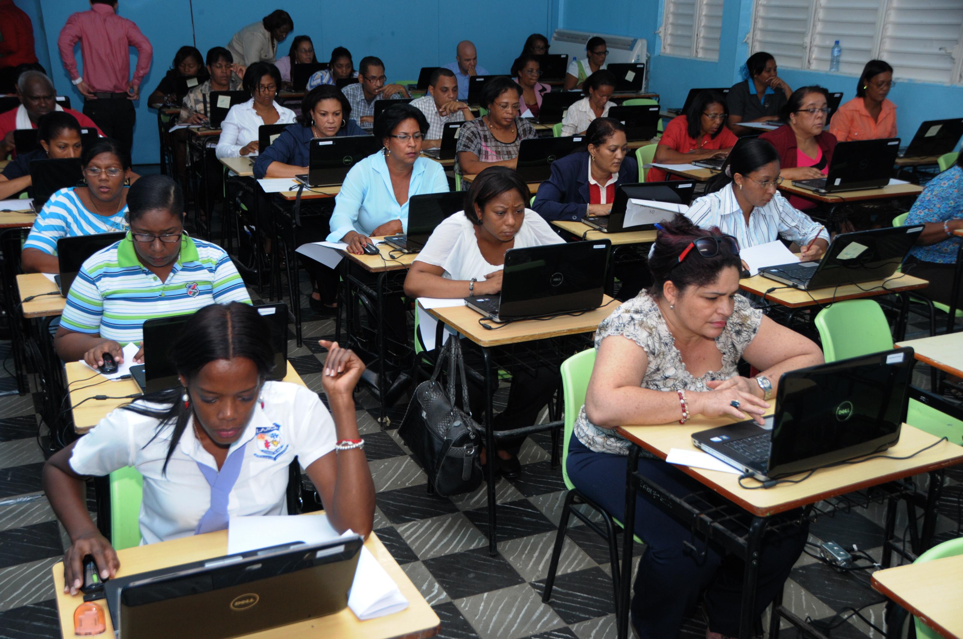 M s de 20 mil profesores compiten por seis mil vacantes en for Vacantes para profesores