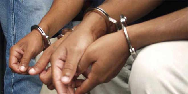 PN apresa tres jóvenes y les ocupan droga, pistola y dos motocicletas