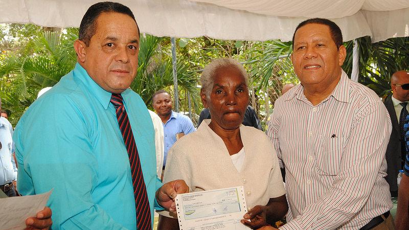 101 parceleros de El Seibo e Higüey reciben más de 2 millones de pesos