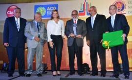 Tenista Víctor Estrella recibió el premio Atleta del Año 2014 por la ACD