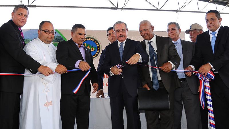Medina cumple promesa a productores El Factor y El Pozo; reciben factoría
